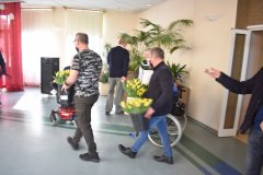 Mężczyźni idący z kwiatami