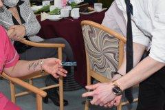 Pokaz iluzjonisty przy stoliku