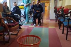 Mieszkańcy z segm. E1 podczas grupowych zajęć usprawniających z fizjoterapeuta rzut do celu
