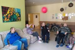 Mieszkańcy segm. E1 podczas grupowych usprawniających odbijanie balonika