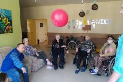 Mieszkańcy z-segm. E1 podczas grupowych usprawniających z fizjoterapeuta odbijanie balonika