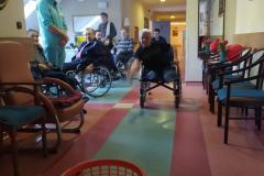 Mieszkańcy z segm. E2 podczas grupowych zajęć usprawniających z fizjoterapeuta rzut do celu